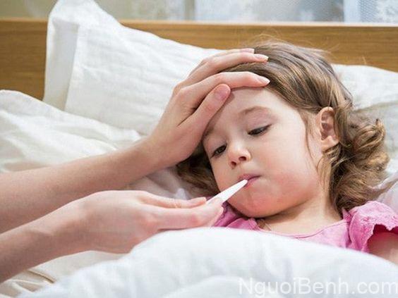 Bị sốt là một trong những triệu chứng của viêm gan C